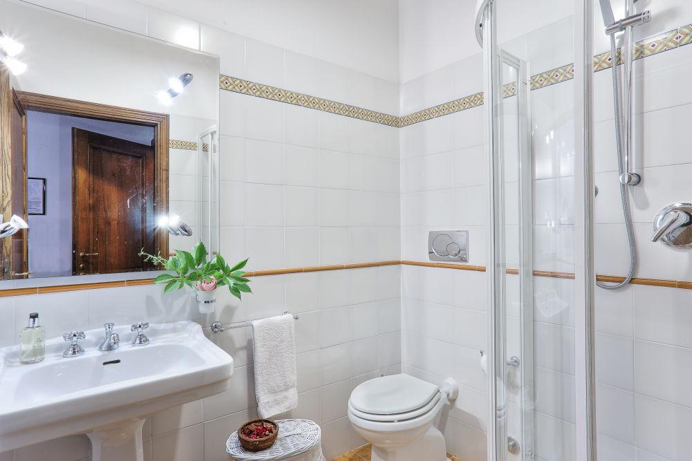 The Middle Capanna bathroom 1